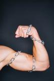 Bicepsen en kettingen stock foto