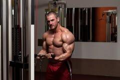Bicepsenoefening royalty-vrije stock afbeeldingen