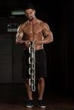 Bicepsenoefening met Kettingen stock foto
