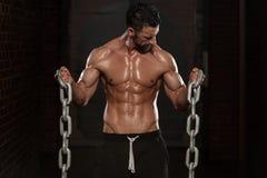Bicepsenoefening met Kettingen royalty-vrije stock afbeeldingen