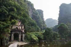 Bich东塔和灰岩, Tam Coc,越南 图库摄影