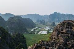 从Bich东塔,越南上面的看法有灰岩风景的 库存照片