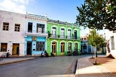 Bici或自行车等待在五颜六色的殖民地房子前面的出租汽车` s在卡马圭 库存图片