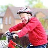 Bici activa del montar a caballo del muchacho en la calle Imagen de archivo