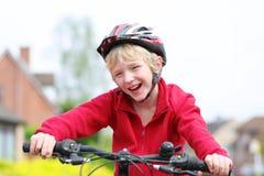 Bici activa del montar a caballo del muchacho en la calle Fotos de archivo