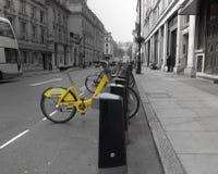 Bici amarilla de la ciudad Fotos de archivo libres de regalías