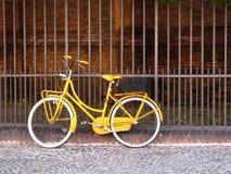 Bici amarilla vieja Imágenes de archivo libres de regalías