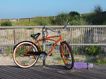 Bici anaranjada en paseo marítimo Imagen de archivo