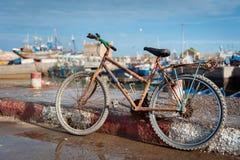 Bici arrugginita nella porta di pesca Essaouira Marocco fotografie stock