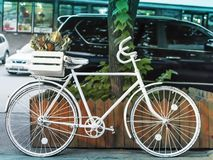 Bici bianca dipinta sulla via di una città europea vicino alla strada con le automobili immagine stock libera da diritti