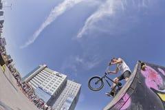 Bici BMX del atleta que se prepara para el funcionamiento ejemplar Fotos de archivo libres de regalías