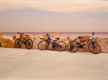 Bici cerca del mar Imagenes de archivo