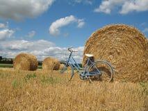 Bici clásica y retra con las balas de heno Foto de archivo
