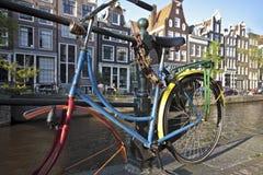 Bici colorida contra un puente Amsterdam Holanda Imágenes de archivo libres de regalías