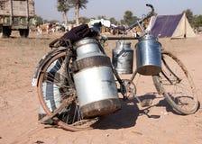 Bici con las cajas de la leche en el ganado justo, Foto de archivo libre de regalías