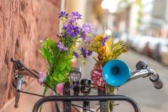 Bici con las flores y el cuerno bicicleta del detalle Fotos de archivo