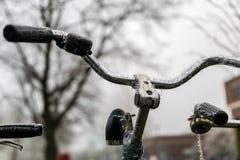 Bici con le punte congelate del ghiaccio fotografia stock libera da diritti