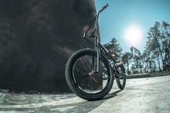 Bici de Bmx que se opone a la pared negra Fotos de archivo