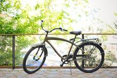 Bici de color caqui del vintage en el patio Imagen de archivo libre de regalías