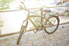 Bici de color caqui del vintage en la ciudad vieja Foto de archivo