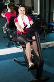 Bici de ejercicio pedaling de la mujer bonita del ajuste rápidamente Fotografía de archivo libre de regalías