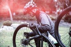 Bici de la fijación del ciclista Fotos de archivo