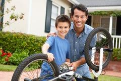 Bici de la fijación del padre y del hijo Fotografía de archivo libre de regalías