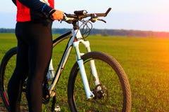 Bici de montaña adulta joven del montar a caballo del ciclista en el campo Imagenes de archivo