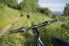 Bici de montaña a campo través en pista campo a través en natu hermoso Fotos de archivo libres de regalías
