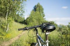 Bici de montaña a campo través en pista campo a través en natu hermoso Foto de archivo libre de regalías