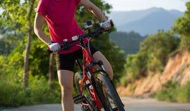 bici de montaña de ciclo de la mujer en rastro Imagen de archivo