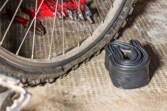 Bici de montaña con el neumático desinflado pinchado Concepto de mala suerte e imprevisto imagen de archivo