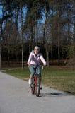 Bici de montaña de la mujer Fotos de archivo