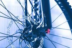 Bici de montaña de la rueda delantera fotografía de archivo libre de regalías