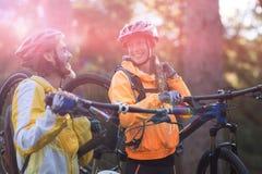Bici de montaña de los pares del motorista que lleva Foto de archivo libre de regalías