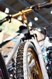 Bici de montaña del deporte en tienda de la bicicleta Fotos de archivo libres de regalías