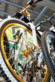 Bici de montaña del deporte en tienda de la bicicleta Foto de archivo