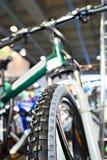Bici de montaña del deporte en una tienda de la bicicleta Foto de archivo