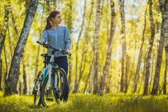 Bici de montaña del montar a caballo del ciclista en el bosque del abedul Fotografía de archivo