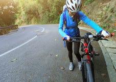 bici de montaña del montar a caballo del ciclista de la mujer en rastro Fotos de archivo
