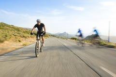 Bici de montaña del montar a caballo del hombre del ciclista en día soleado Fotos de archivo libres de regalías