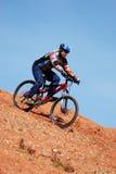 Bici de montaña en declive Imagenes de archivo