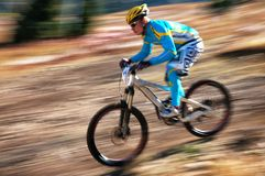 Bici de montaña en declive Fotos de archivo libres de regalías