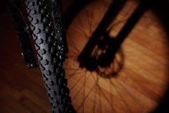 Bici de montaña en el apartamento Fotos de archivo