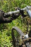 Bici de montaña en hierba Imágenes de archivo libres de regalías