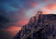 Bici de montaña en montañas foto de archivo libre de regalías