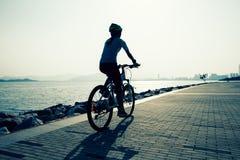 Bici de montaña femenina del montar a caballo Foto de archivo libre de regalías