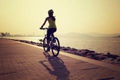 Bici de montaña femenina del montar a caballo Imagen de archivo libre de regalías