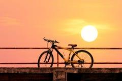 Bici de montaña hermosa en el puente concreto Foto de archivo