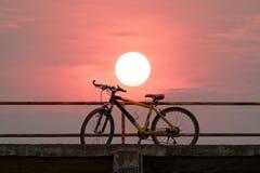 Bici de montaña hermosa en el puente concreto Fotos de archivo